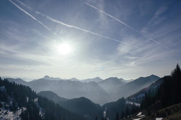 Foto impressionante de uma série de belas montanhas sob um céu claro no início da manhã