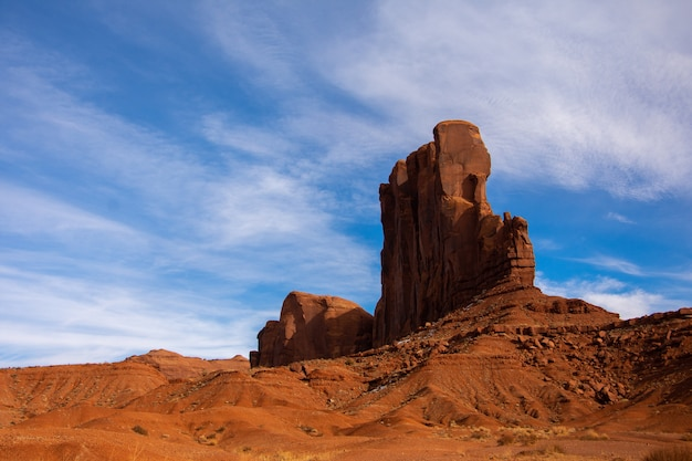 Foto incrível de baixo ângulo de uma montanha rochosa no parque tribal navajo de monument valley