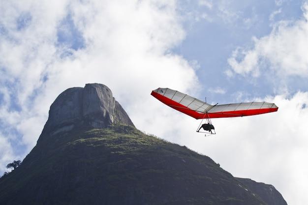 Foto incrível de humano voando em uma asa-delta