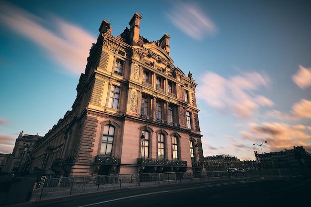 Foto incrível de um edifício no jardim das tulherias em paris, frança