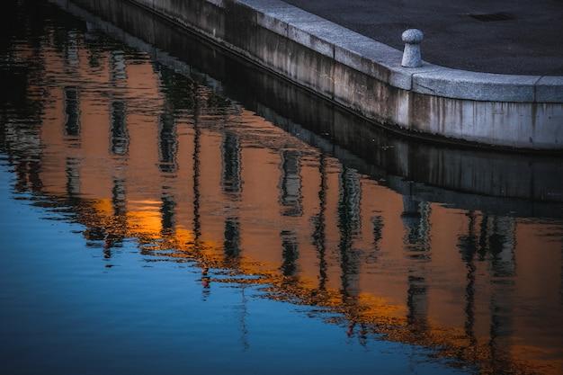 Foto incrível de um reflexo de edifícios antigos da cidade no rio