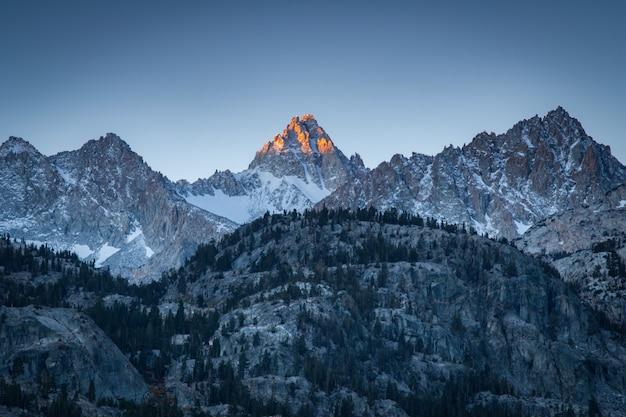 Foto incrível de uma paisagem de montanha durante o pôr do sol