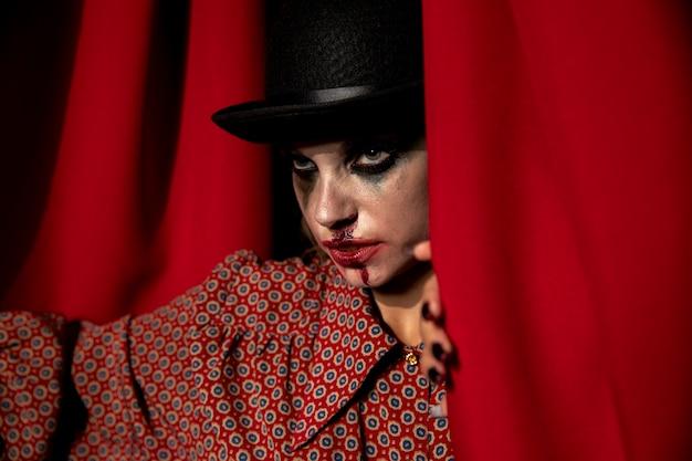 Foto intensa de uma mulher de maquiagem de halloween, olhando para longe
