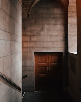 Foto interior bonita de uma porta marrom em um edifício de pedra