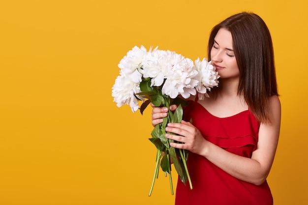 Foto interior da senhora doce concurso atraente no vestido vermelho posando isolado sobre amarelo
