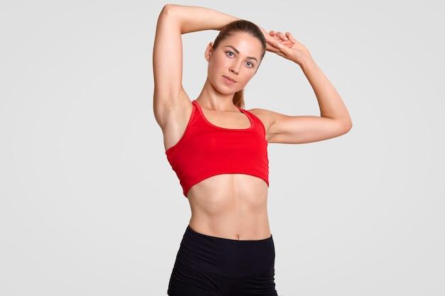 Foto interior de boa aparência jovem desportista motivada com corpo perfeito