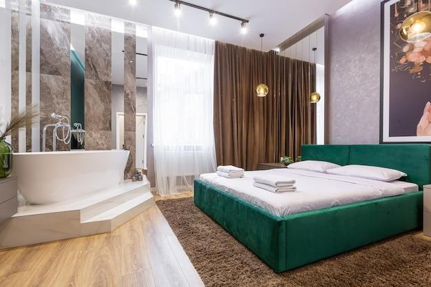 Foto interior quarto amplo, em estilo moderno, que abriga banheiro e espelhos. design moderno muito bom