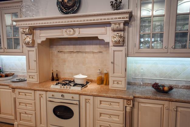 Foto interna de cozinha clássica de luxo na cor bege