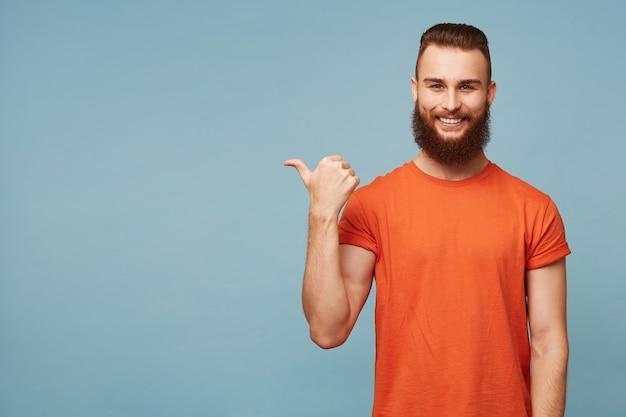 Foto interna de um cara barbudo bonito feliz encantado em azul