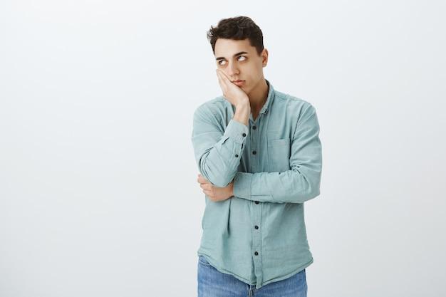 Foto interna de um cara caucasiano irritado e irritado com uma camisa da moda
