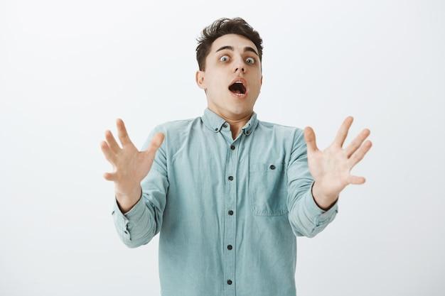 Foto interna de um homem caucasiano engraçado e surpreso com rosto pálido