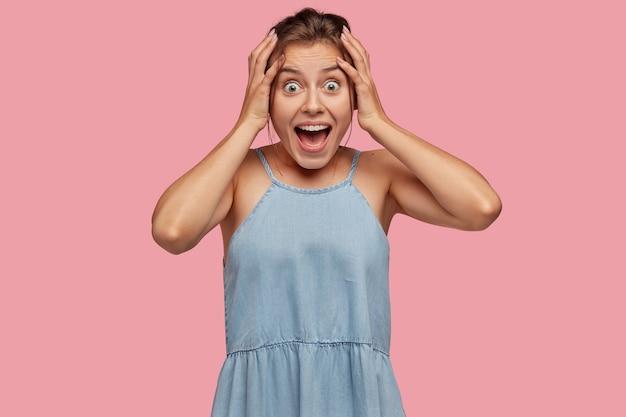 Foto interna de uma jovem europeia espantada exclama bem alto