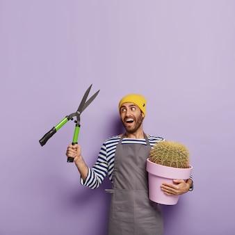 Foto interna do jardineiro feliz cuidando do cultivo de plantas em vaso