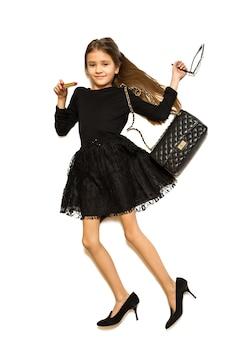 Foto isolada do ponto de vista de uma linda garota vestindo roupas e sapatos de mães