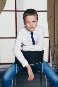 Foto isolada: retrato de um jovem sério. o conceito de olhos saudáveis, visão