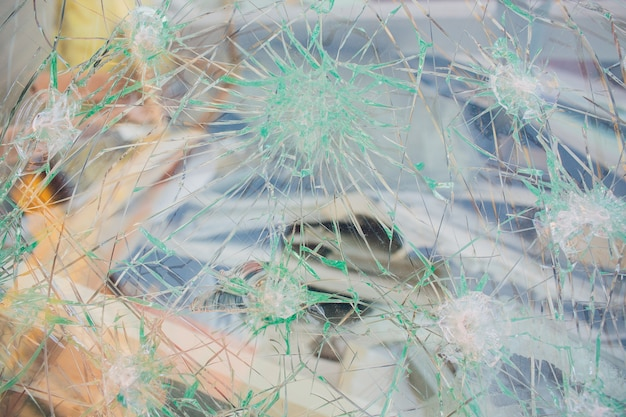 Foto janela quebrada parece buraco de bala