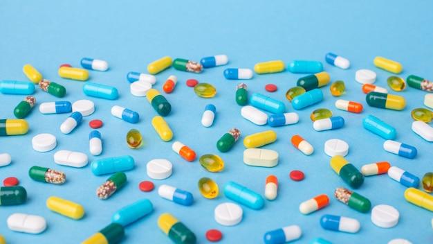 Foto larga 169 de comprimidos, comprimidos e cápsulas em fundo azul