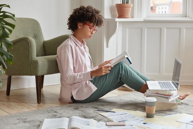 Foto lateral de uma mulher séria e elegante usando óculos ópticos, verifica o artigo escrito