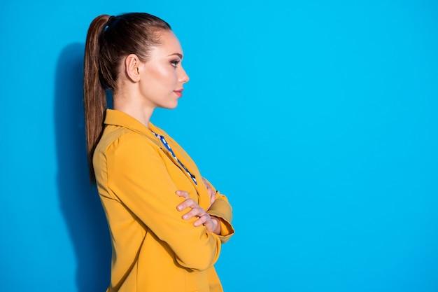 Foto lateral do perfil do chefe de marketing profissional independente legal, cruzar as mãos olhar copyspace ouvir colares decisão escolha solução isolada sobre fundo de cor azul Foto Premium