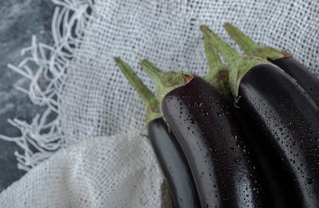 Foto macro de beringelas frescas cruas.