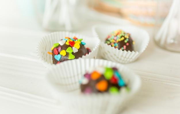 Foto macro de bombons de chocolate com granulado colorido