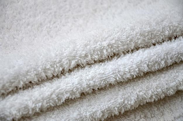 Foto macro de close-up de uma pilha de muitas toalhas brancas pequenas