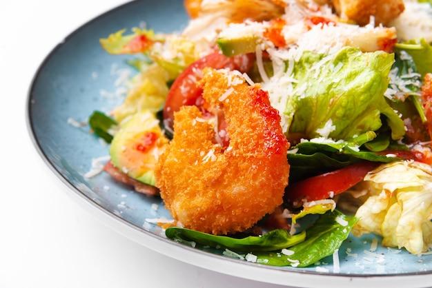 Foto macro de saborosa e deliciosa salada fresca com camarões crocantes