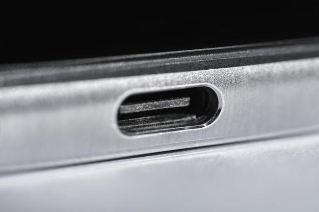Foto macro isolada porta usb tipo c na armação de metal do smartphone