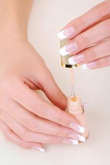 Foto macro vista de alto ângulo de mãos femininas com esmalte