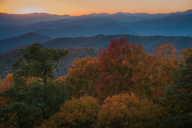 Foto majestosa de uma cordilheira densamente arborizada no parque nacional das grandes montanhas fumegantes