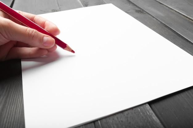 Foto, mão, escrita, papel, madeira, lápis