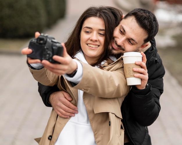 Foto média de casal tirando foto
