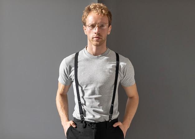 Foto média de homem usando óculos de leitura