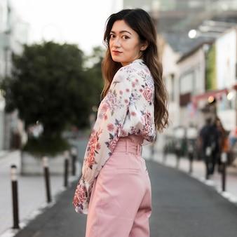 Foto média de linda garota em tóquio