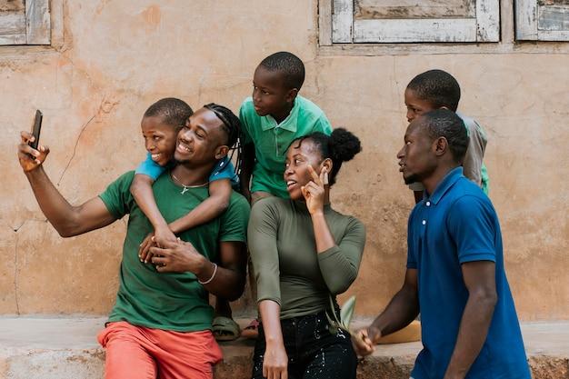 Foto média de pessoas felizes tirando selfie
