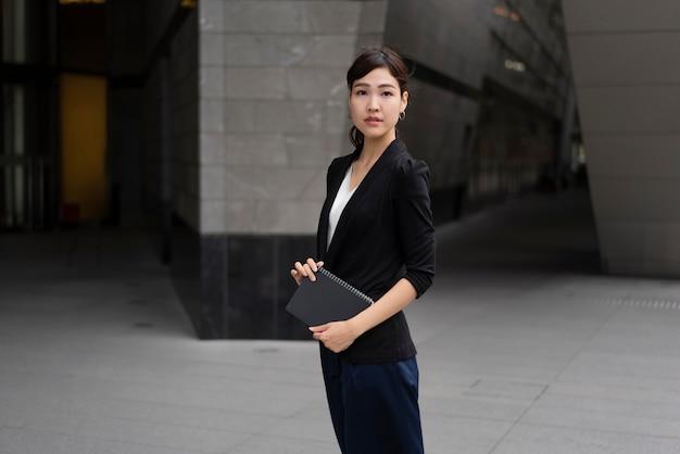 Foto média de uma linda mulher de negócios