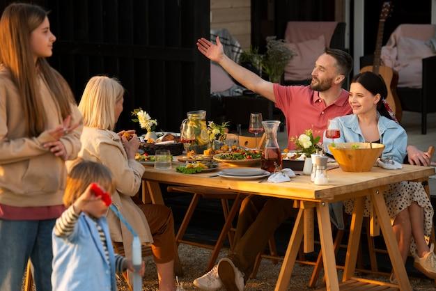 Foto média família feliz ao ar livre