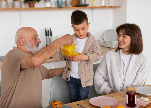 Foto média família feliz dentro de casa