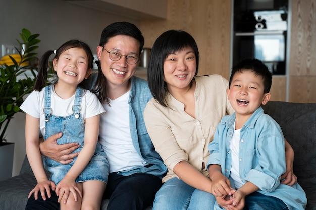 Foto média posando de família feliz
