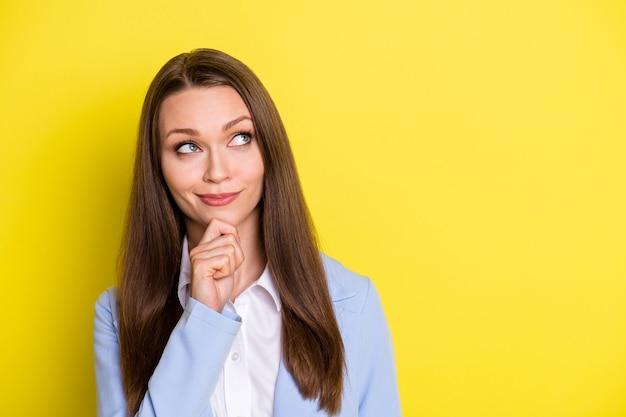 Foto mentalmente inteligente menina empresa líder toque queixo dedos olhar copyspace pensar pensamentos decidir partnershio decisão vestir terno azul isolado brilhante brilho funky cor de fundo