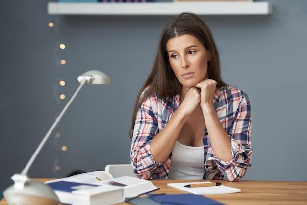 Foto mostrando aluna aprendendo em casa