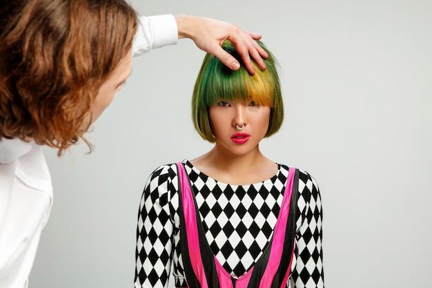 Foto mostrando uma mulher adulta no cabeleireiro.