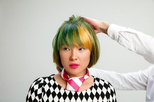 Foto mostrando uma mulher adulta no salão de cabeleireiro