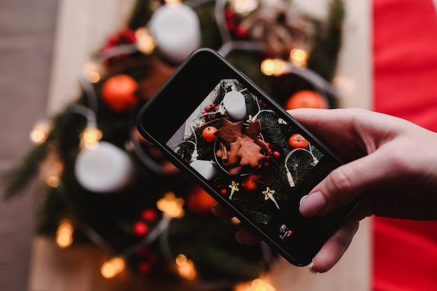 Foto móvel da grinalda de ano novo com biscoitos de gengibre para festa de natal.