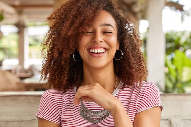 Foto na cabeça de uma mulher feliz rindo e sorrindo amplamente