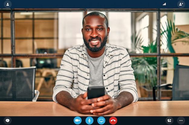 Foto na cabeça retrato aplicativo tela de trabalhador americano africano em entrevista de emprego online usando webconferência no computador, jovem empresário falando por videochamada no laptop com um parceiro de casa