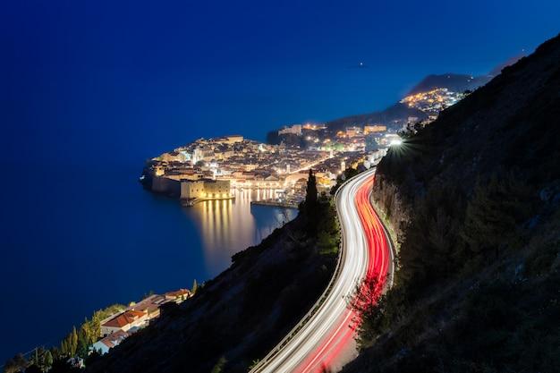 Foto noturna de dubrovnik com trilhas de carro