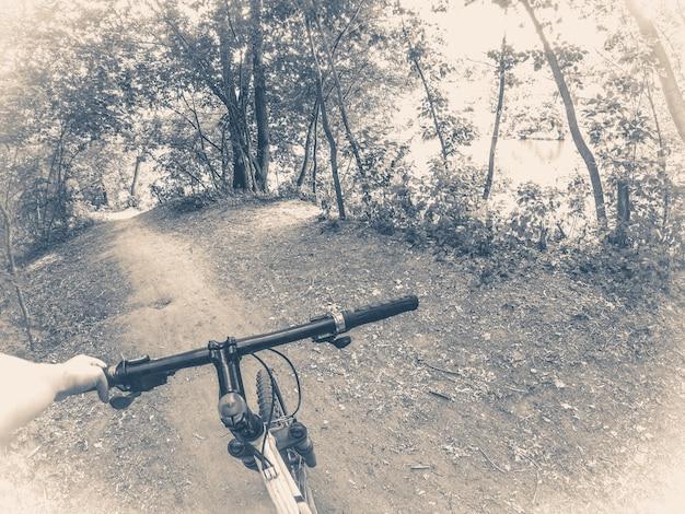 Foto oid vinage. ciclista na floresta