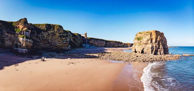 Foto panorâmica da costa com pedras e litoral em south shields, reino unido