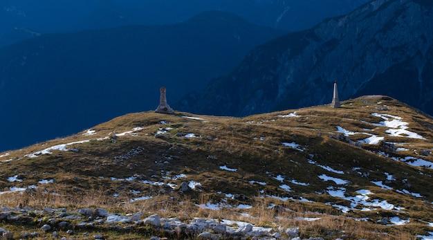 Foto panorâmica de duas construções de pedra nos alpes italianos